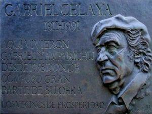 Placa en recuerdo de Gabriel Celaya y Amparitxu Gastón en su casa del barrio de Prosperidad de Madrid