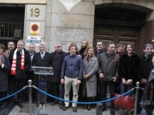 Placa en reconocimiento al Atlético de Madrid | Calle de la Cruz 21 | Centro | Madrid | Asistentes al homenaje