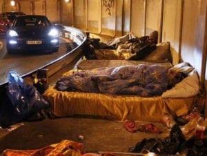 De almohada el asfalto | Más de 3.000 'sin techo' duermen en las calles y túneles de Madrid | Foto 20 Minutos