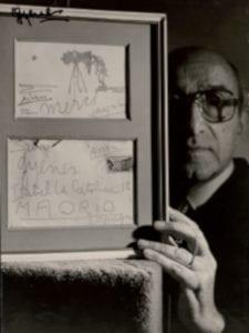 Gyenes: Picasso en el objetivo | 'Autorretrato con una postal dedicada por Picasso' | 1979 | Juan Gyenes